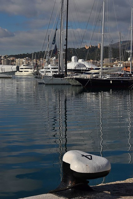 AMARRADO  A PUERTO Y EN SUEÑO.  MOORED TO DOCKS AND DREAM.