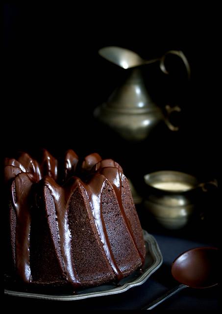 Saftiger Schokoladen-Espresso Gugelhupf mit Glasur aus dunkler Schokolade und Zimt