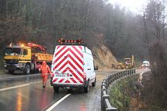Técnicos de la Diputación regulando el tráfico y asegurando la zona.