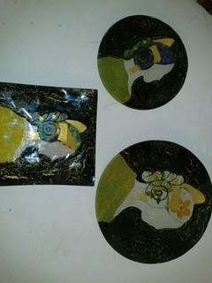 Platos de cristal decorados con motivos falleros.