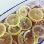 レモン重量×0.85の砂糖を、レモン重量0.5の水でシロップにしてかける。種は茶袋に入れてすみっこに。 #えりズキッチン