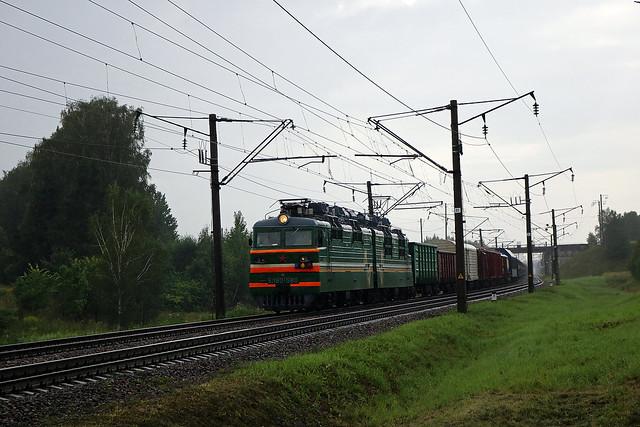Электровоз ВЛ80C-580 с грузовым составом отходит со станции Орша-Центральная.