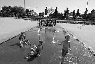 Kinderen spelen met water   by Eeke Anne de Ruig