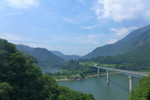 若郷湖と大川湖面橋 沢を渡るわずかな時間だが、車内からも見える