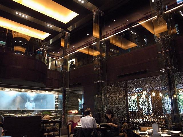<p>c)天井が高くて気持ち良い空間。<br /> 料理人も見えます。</p>