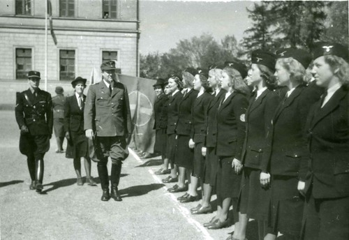 Vidkun Quisling inspiserer NS kvinner på Slottsplassen.