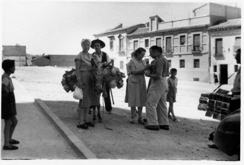Turistas en Toledo el 8 de agosto de 1952 junto al Alcázar. Al fondo, la casa del anticuario Justo García Callejo.