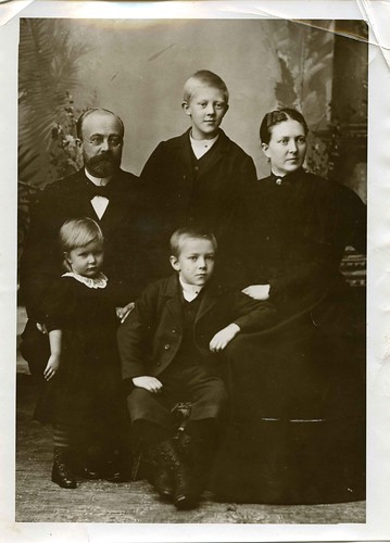 Portrett av Jon og Anna Quislings familie.