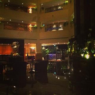 Last night in #bahrain Going back in France / Dernière nuit à #bahreïn (Le hall de l'hôtel)   by 4coinsdumonde