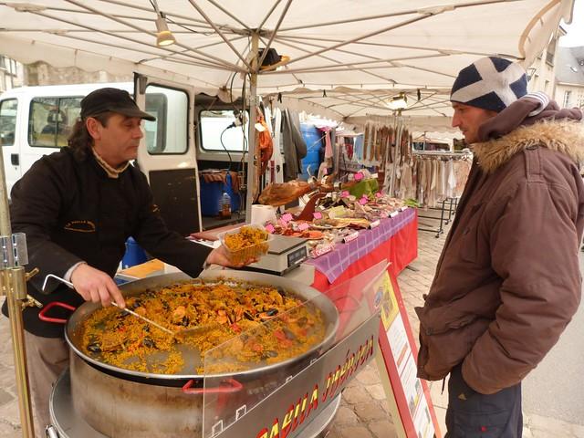 Sirviendo paella en el mercado de los sábados de Blois (Valle del Loira, Francia)