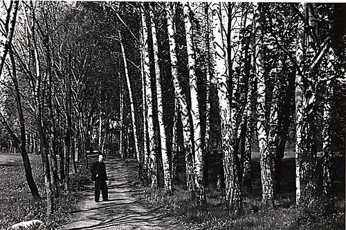 Vidkun Quisling i parkområdet rundt Gimle (Villa Grande).