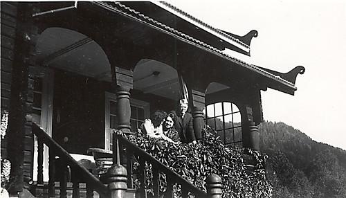 Vidkun og Maria Quisling samt ukjent kvinne på verandaen på Jonsborg, 1930-tallet.