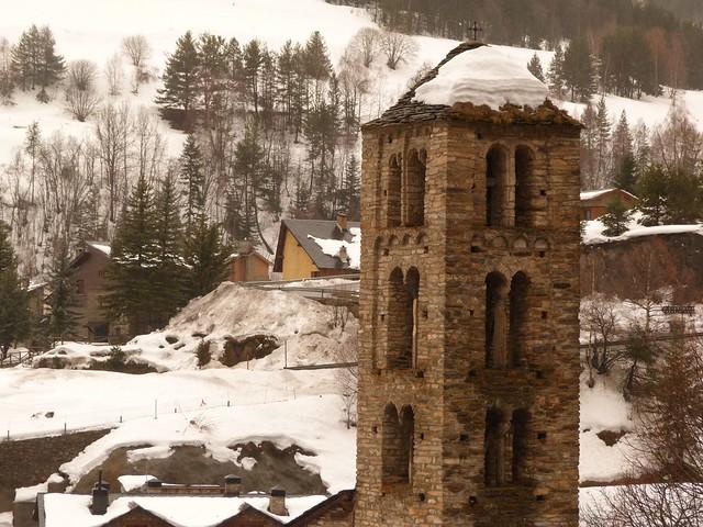 Torre del campanario de la iglesia románica de Pal (Andorra) durante el invierno