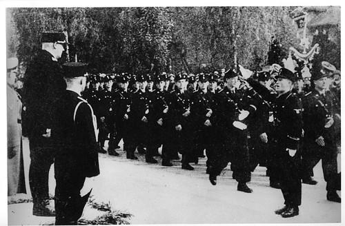N.S. i Norge. Avdelinger av Germanske SS Norge paraderer for Vidkun Quisling høsten 1942.