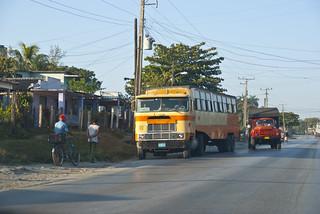 Los diabólicos Superbus, engendros cubanos para transportar mucha gente de un sólo golpe, parado en el reparto El Gigante. Santa Clara, provincia Villa Clara, Cuba. | by lezumbalaberenjena