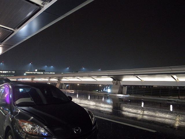 <p>e)台北は雨!<br /> 夜の到着、しかも初めてのホテル・・・そんなわけでホテルの迎えを頼んでおきました。<br /> 正解!!でした。</p>