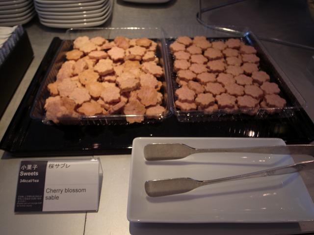 <p>f)サクラクッキーはちょっぴり塩味。。</p>