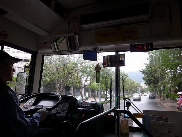 <p>b)シャトルバスに乗って士林の駅へ向かいます</p>