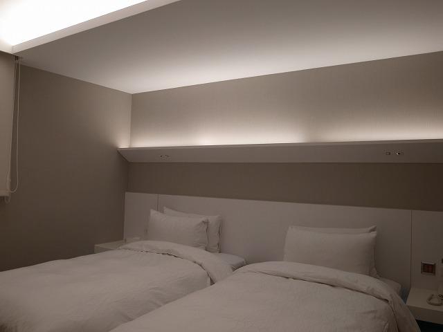<p>b)シンプルなシングルベッド…まずまずの寝心地ですよ。</p>