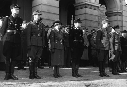 Vidkun Quisling og andre overværer SS parade foran slottet.