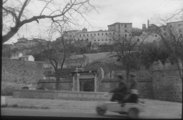 Muralla de Toledo junto al Hostal del Cardenal a mediados del siglo XX. Fotografía de Santos Yubero © Archivo Regional de la Comunidad de Madrid, fondo fotográfico