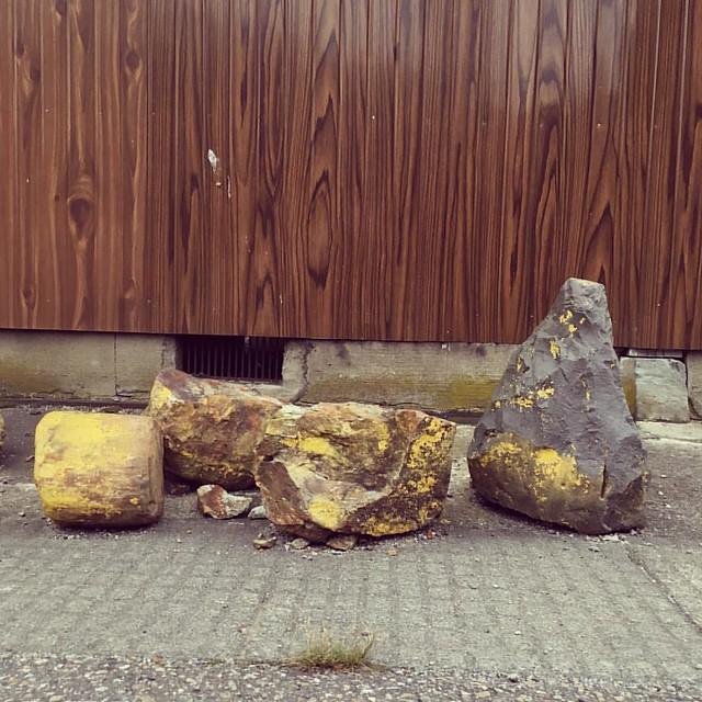 こういう石が、ぐっと来ますね。車の進入禁止の古い石