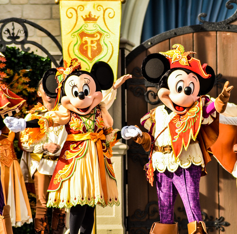Friendship Faire Mickey Minnie bowing