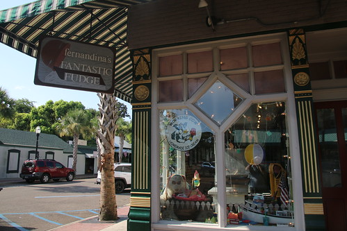 fernandinabeach fernandina florida sunny bright stores restaurants historicflorida buildings city downtown barbie2016 historicdistrict nationalhistoricdistrict harbor water ameliariver river
