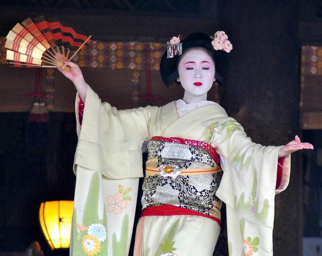 Maiko (Geisha Apprentice) Dancing in Kyoto for Setsubun