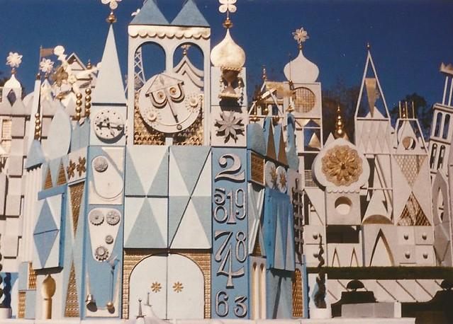 it's a small world, Fantasyland, Disneyland,  Anaheim, California, USA - www.meEncantaViajar.com