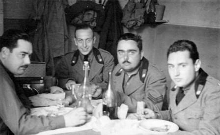 Soldados italianos disfrutando de una comida