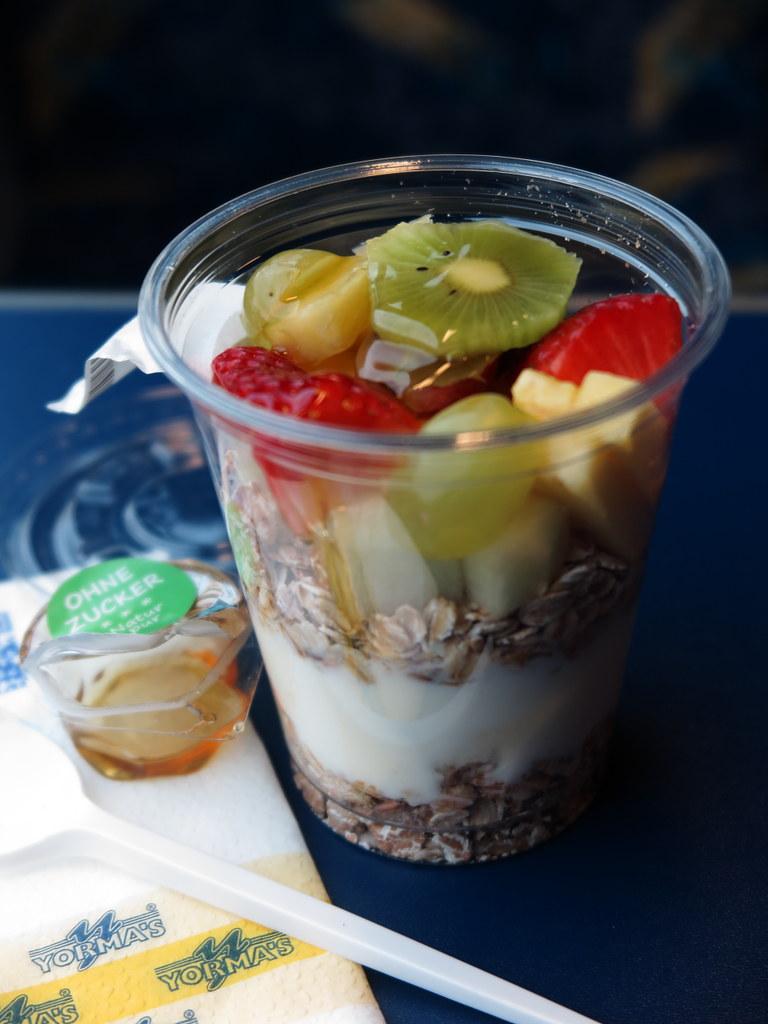 Joghurt Mit Haferflocken Frischem Obst Und Honig Vom Yor Flickr