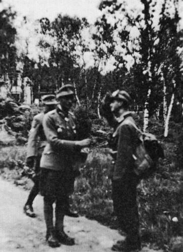 Fritz Gressel (t.h) melder seg hos General Dietl i Narvik.