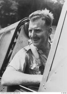 John Archer en la cabina de su CAC Wirraway