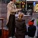 ook jong publiek heeft veel belangstelling voor de Charles Dickens goochelaar
