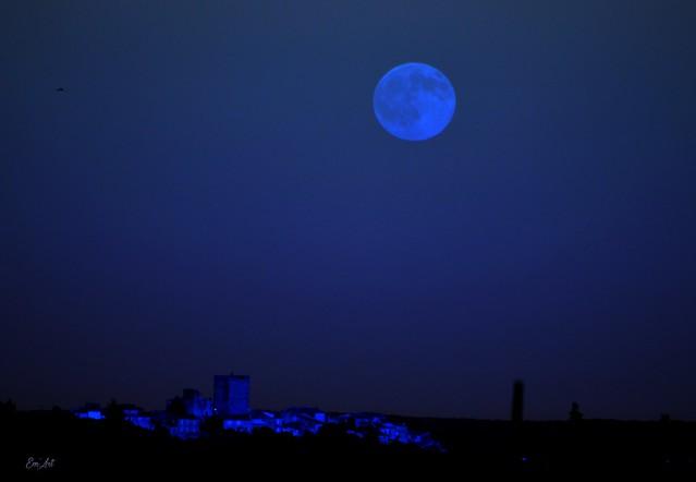 Lune bleue sur Moussac - Gard