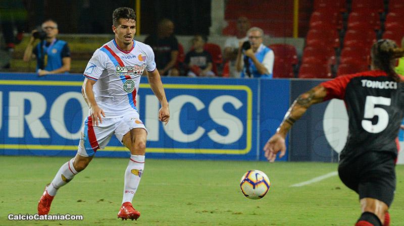 Denis Tonucci, di spalle, fronteggia Mattia Rossetti in Foggia-Catania 1-3 del 2018