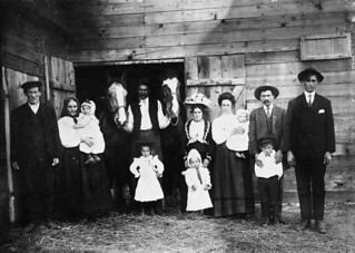 Three generations of Croatian settlers, Kenaston, Saskatchewan, ca. 1910 / Trois générations de colons croates à Kenaston (Saskatchewan), vers 1910