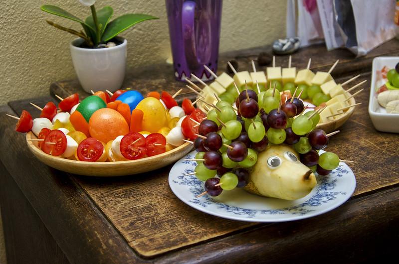 Birnenigel mit Weintrauben, Tomate/Mozarellaspieße und Käse/Weintraubenspieße