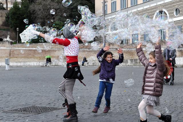 Seifenblasen auf dem Piazza del Popolo
