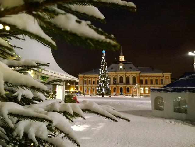 Kuopion tori ja kaupungintalo joulun alla