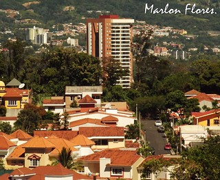 Vida citadina.   by Marlon Flores,