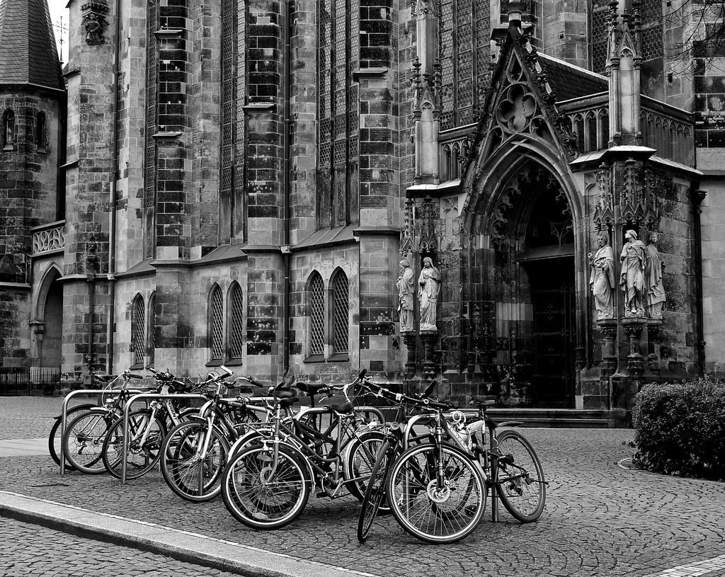 Fahrräder vor der Thomskirche in Leipzig