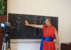 Вчитель пояснює новий матеріал учням