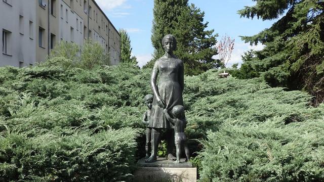 1961 Berlin-O. Kindergärtnerin mit 2 Kindern von Eberhard Bachmann Bronze Johanna-Tesch-Straße 1 in 12439 Oberspree