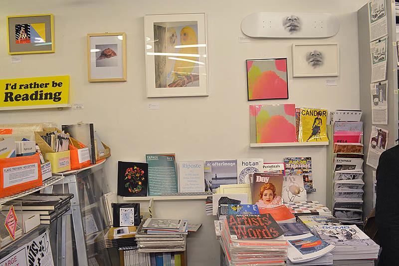 יצירות אומנות במחירים נגישים תלוית על הקירות