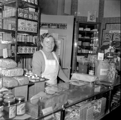 01-16-1952_10195 Verkoopster in winkel | by IISG