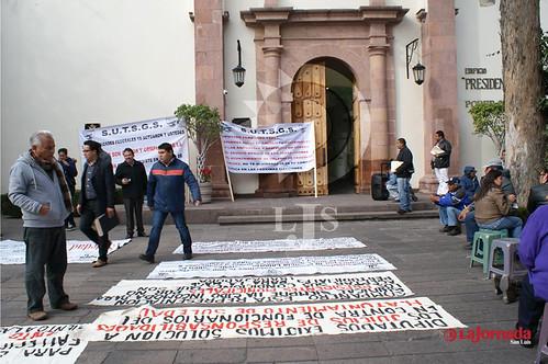 Se manifiestan trabajadores soledenses en Congreso del Estado | by La Jornada San Luis