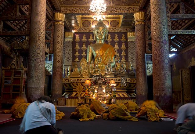 LAO041 Worship - Luangprabang 41 - Laos