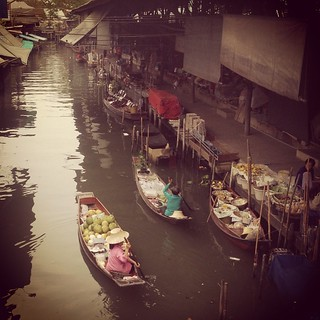 Damnoen Saduak Floating Market at 7am is still very sleepy. Come 8am the bus loads of tourists arrive #avoidthecrowd #bangkok | by ExpiqueTravel